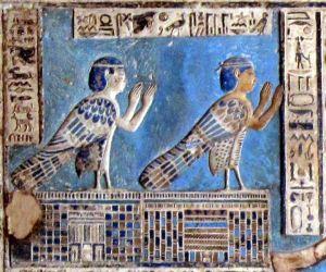 Kaksi ihmispäistä ba-henkeä Denderan temppelistä. Wikimedia Commons.
