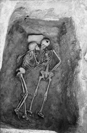 """Teppe Hasanlun """"6000 vuotta vanha suudelma"""" ajoittuu todellisuudessa vuoden 800 eKr tienoille."""