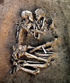 Italiasta, Valdarosta löytyneen neoliittisen kaksoishautauksen pari näyttää syleilevän toisiaan.