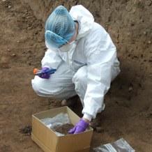 Muinais-DNA:n näytteenotossa suositellaan kunnon suojautumista.