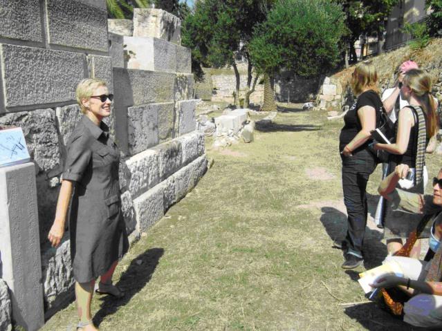 Kuva 1. Jutta Stroszeck oppaanamme Lakedaimonilaisten haudan edessä vuonna 2010. Kuva: Maija Lehikoinen.