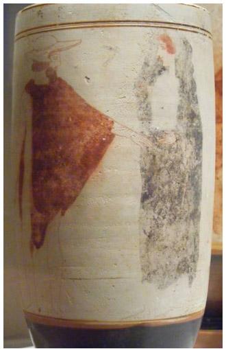 Kuva 9. Hermes, sielujen saattaja ohjaa naista Kharonin veneeseen. Eretriasta, Sabouroff-maalari, noin 440 eKr. Kuva: Maija Lehikoinen.