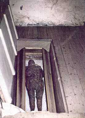 Vuonna 1629 kuollut kirkkoherra Nikolaus Rungiuksen haudattiin Keminmaan kirkon lattian alle. Kirkkojen lattioiden alla vallitsevat kuivat ja viileät olosuhteet edesauttavat muumioitumista. Rungiuksen muumio on edelleen näytteillä Keminmaan vanhassa kirkossa. Kuva: Wikimedia Commons.