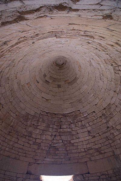 Klytaimnéstran tholos-haudan kattorakennetta. Kuva: Wikimedia Commons.