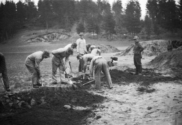 Mikkelin Tuukkalan ristiretkiaikaista/keskiaikaista ruumiskalmistoa kaivetaan vuonna 1934. Tuukkalan kalmisto löytyi jo 1880-luvulla sotilaiden harjoituskenttää tasoitettaessa, minkä jälkeen kalmistoa on tutkittu melko runsaasti. Sakari Pälsi kävi paikalla toukokuussa 1934 ja löysi vain hajallaan olevia luita, joiden arveli olevan peräisin vuoden 1886 tutkimuksista. Lokakuussa sotilaiden jatkaessa tasoitustyötä, löytyi rikkaasti varustettu naisen hauta, joka ehti kuitenkin uhoutua. Pälsi palasi Tuukkalaan, mutta löysi vain neljä vaatimattomasti varustettua ruumishautaa. Myöhemmin alueelta löytyi jälleen rikkaampia hautoja. Vuoden 1938 jälkeen Tuukkalasta ei löytynyt hautoja, mutta 1979 Matti Huurre löysi inventoinnin yhteydessä hiekkakuopan reunalta luita ja arkun puuta. Viimeisimmät kaivaukset Tuukkalassa on tehty 2009 Esa Mikkolan johdolla. Kaivauksten aineistoa on tutkittu runsaasti modernein menetelmin: luista on mm. otettu DNA-näytteitä jo kenttätyövaiheessa.