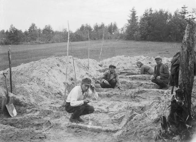 Arkeologisia kaivauksia tehtiin myös sota-aikaan. Ella Kivikoski, josta sittemmin tuli Helsingin yliopiston arkeologian professori (ja samalla myös ensimmäinen naispuolinen professori koko humanistisessa tiedekunnassa), oli kiinnotunut Laatokan itärannikon jokivarsien rautakautisista kurgaaneista. Hän onnistui paikallistamaan Pirdoilasta kaksi hautakumpua, joita V.I.Ravdonikas ei ollut vielä tutkinut, ja kavoi ne kesällä 1943 suomalaisten sotilaiden ja lottien avustamana (Nordqvist & Seitsonen 2008). Kummuista löytyi yhdeksän puukehikkorakenteista hautausta ja 1000-luvun esineistöä. Kuvassa kaivetaan Pirdoilan kurgaania 2 Itä-Karjalassa. Kuva: Ella Kivikoski.