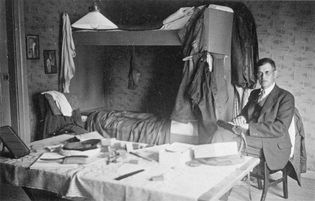 Kaivausmajoitus Laihialla vuonna 1935. Kuvassa on Aarne Äyräpää ja kuvan on ottanut ylioppilas C.F.Meinander, josta sittemmin tuli Helsingin yliopiston arkeologian professori. Taustalla on kuivumassa arkeologien märkiä vaatteita. Äyräpää ja Meinander olivat Laihialla tutkimassa kirkonkylän Kiimakankaan rautakautisia röykkiöitä. Vähäisten varojen ja ajan vuoksi kaivettavaksi oli valittu kaksi pientä röykkiötä. Toisesta löytyi vähäisiä katkelmia kansainvaellusajalle (n.400-600 jaa.) ajoittuvista esineistä, ja 10 grammaa pieniä luunmuruja. Ilmeisesti kaivaustarkkuus on ollut melko hyvä. Toisesta röykkiöstä saatiin taltiin vain vähän palanutta luuta ja keramiikkaa.