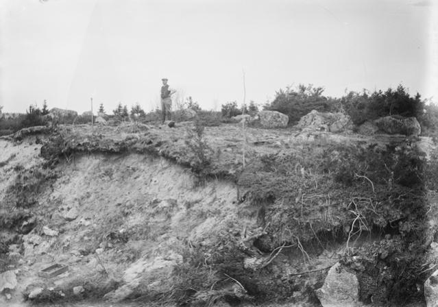 Yleiskuva Vöyrin Gulldyntistä 1922. Paikalla sijaitsee keskisen rautakauden (500-700-luvun) kalmisto ja asuinpaikka. Paikalta löydettyyn esineistöön kuuluu ns. loistoesineitä: kullattuja, germaanisella eläinornamentiikalla koristettuja miekan kahvaosia, kultasormuksia ja bysanttilainen kultaraha. Gulldynt on yksi Pohjanmaan merkittävimmistä kohteista, mutta se on laajalti vanhojen sorakuoppien rikkoma. Kuva. E. Hägglund.