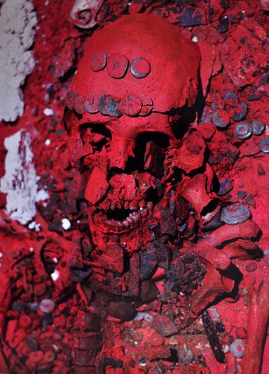 """Maya-intiaanien hautausrituaaleihin kuului kirkkaanpunaisen sinooperin käyttö. Myrkyllistä sinooperia on saattanut kulkeutua mayojen luihin jo elinaikana. Kuvassa Palenquen kuuluisa """"punaisen kuningattaren hauta"""" (Past Horizons)."""