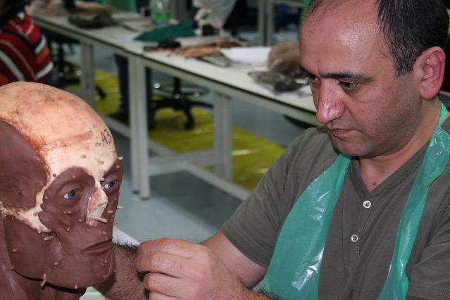 Manuaalisessa kolmiulotteisessa menetelmässä kasvomalli rakennetaan suoraan kallon tai siitä otetun valoksen päälle. Ensin muovaillaan kasvon lihaksisto ennen ihokerroksen lisäämistä. Näin saadaan aikaan kasvonpiirteet. Kuvassa kasvoekonstruktion valmistamista Dundeen yliopistossa Skotlannissa.