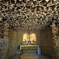 Puolassa sijaitseva Czermnan kallokappeli rakennettiin ja sisustettiin 1770-luvulla. Sisustuksen esikuvana toimi Rooman kapusiiniluostari. Kuva: Wikimedia Commons.