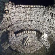 Ossuaario Eggenburgissa, Itävallassa. Luiden säilömisen lisäksi ossuuaarioiden funktiona oli muistuttaa kävijöitä ihmiselämän vaiheikkuudesta ja muuttuvuudesta verrattuna kuoleman lopullisuuteen. Kuva: Wikimedia Commons.