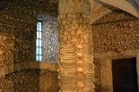 Évoran Capela dos Ossos Portugalissa. 1500-luvun kappelin sisäseinät on kauttaaltaan koristeltu ihmiskalloilla ja -luilla. Kirkko sisältää yli 5000 ihmisen jäännöksiä yli kymmeneltä hautausmaalta. Kuva: Simon/Flickr CC.