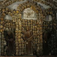 Rooman Santa Maria della Conceziona dei Cappuccini rakennettiin 1626-1631. Monista muista ossuuaarioista poiketen kappeli sisältää munkkien jäännöksiä. Asetelma sisältää myös fransiskaanimunkkien kaapuihin puettuja luurankoja.