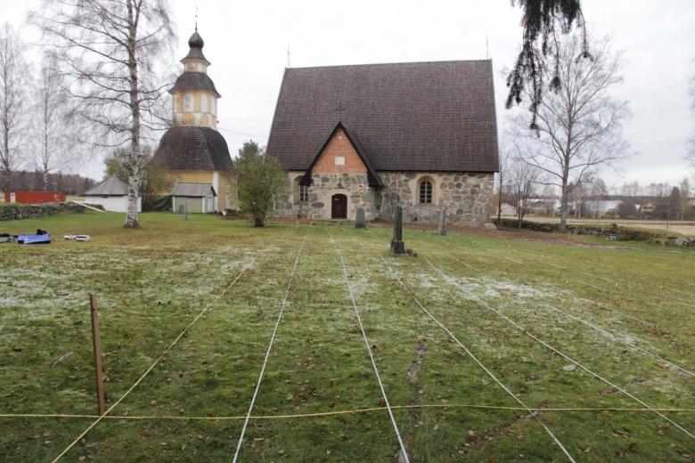 Tuuloksen Pyhän Birgitan kirkon vanha hautausmaa linjoitettuna valmiina maatutkaluotaukseen. Kuva: Eva Gustavsson.