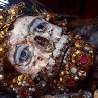 1700-luvulla Roomasta kuljetettiin saksankielisiin maihin luurankoja, jotka oli tunnistettu marttyreiksi tai pyhimyksiksi. Vähitellen luiden provenienssi alkoi mietityttää ihmisiä, ja luurankoihin liittynyt kultti menetti merkitystään. Kuvassa Pyhä Valerius Weyarnissa, Saksassa. (Paul Koudounaris - Heavenly Bodies 2013)