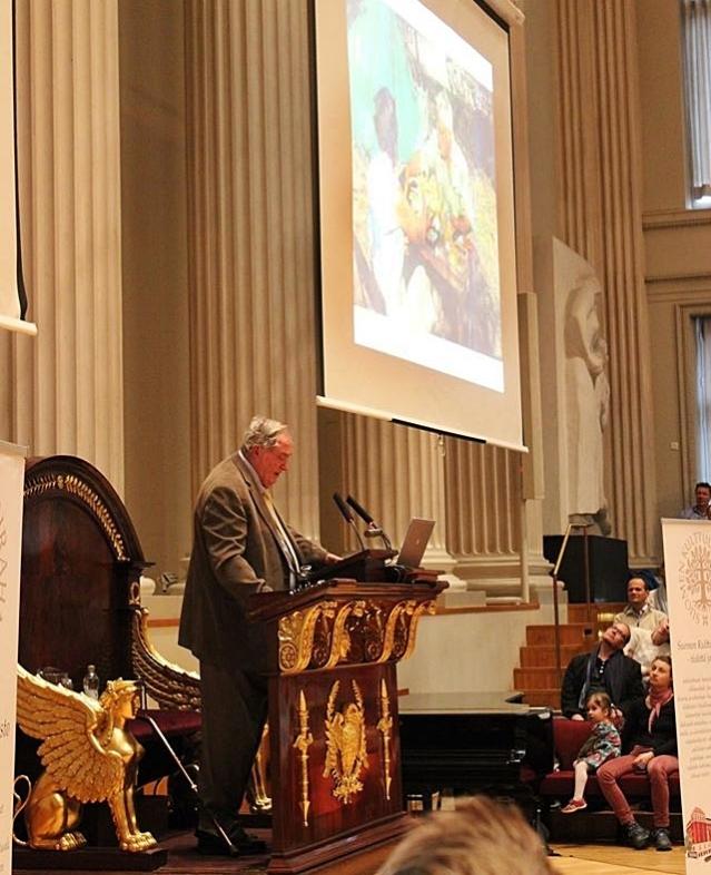 Helsingin yliopiston juhlasalissa puhunut Richard Leakey kertoo perheensä tutkimuksista. Kuva: Heli Etu-Sihvola.