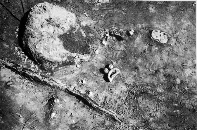 Euran Luistarista sankasolkia on sekä naisten että miesten haudoista. Kuvassa naisenhauta 1062 kolmine solkineen ja helmineen. Kuva: Lehtosalo-Hilander 2000b, fig. 63.