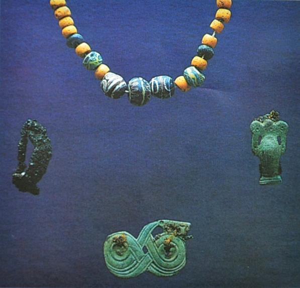 Luistarin hauta 1062 sisälsi helmiä, rautaisen sankasoljen sekä pronssisen krapusoljen ja käärmesoljen. Esineistön ja sen sijainnin perusteella haudattu vainaja on nainen. Kuva: Lehtosalo-Hilander 2000, fig. 64.