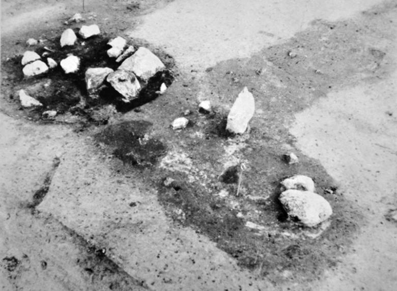 Luistarin hauta 353, jonka toisen päädyn rikkoi myöhempi kiveys. Esineistön perusteella haudan on tulkittu kuuluneen miehelle. Kuva: Lehtosalo-Hilander 1982a: 340.