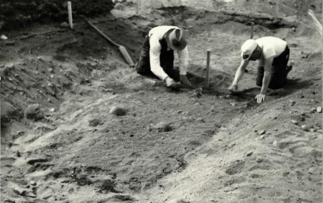 Euran Pappilanmäen kalmistoa kaivetaan kesällä 1939. (Salmo 1940).