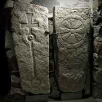 Keskiajan naisia ja miehiä Suomen kirkkojen vanhimmissa hautakivissä