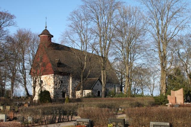 Raision kirkko on rakennettu 1400-1500 -lukujen vaihteessa. Kirkon kynnyskiviksi on tuolloin asetettu 1200-luvun hautakiviä. Kuva: Mikko Laihonen/Wikimedia Commons.