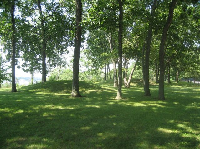 Hopewell-kulttuurin rakentamia kumpuhautoja Illinoisissa, Yhdysvalloissa (Wikimedia Commons).