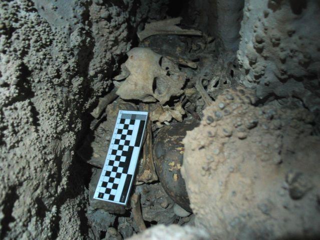 Luoliin tehdyt hautaukset ovat Luoteis-Espanjassa melko tavallisia. Cova do Santon luolaan on tehty 14 ihmisen kollektiivihautaus. Joukossa on aikuisia miehiä ja naisia sekä myös lapsia.