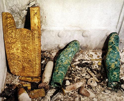 Haudasta II löytyneet nuoliviini ja eripariset säärisuojat.