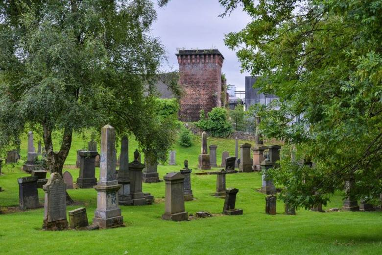 Keväällä 1833 avattu Glasgow'n Nekropolis oli ensimmäinen puistomainen hautausmaa Skotlannissa. Massiivisten hautamonumenttien teettäminen tarjosi työtä myös lukuisille kuvanveistäjille. Kuva: U. Moilanen.