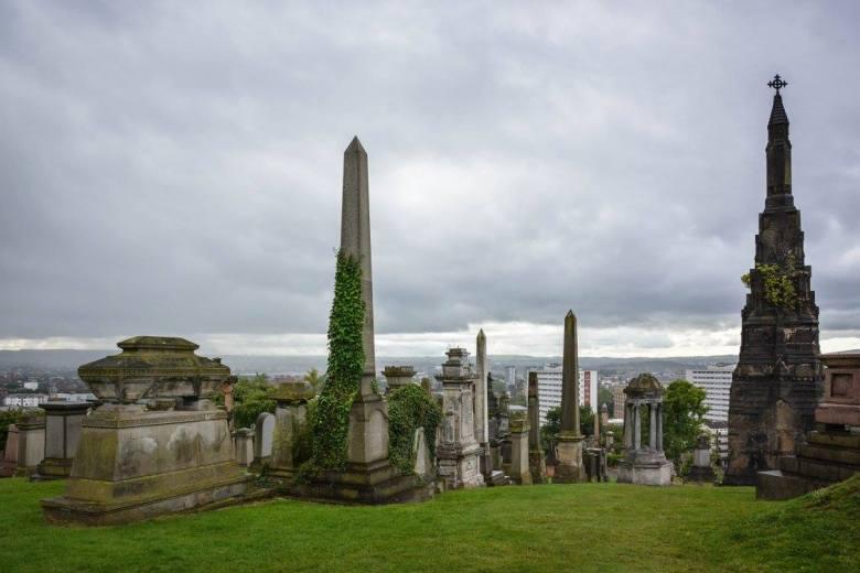 Suurimmat hautamonumentit sijaitsevat kukkulan korkeimmalla kohdalla. Mahtipontisuuden tarkoituksena oli paitsi muistaa merkittäviä asukkaitaan, myös painottaa Glasgow'n asemaa Brittiläisen imperiumin toiseksi merkittävänä kaupunkina heti Lontoon jälkeen. Kuva: U. Moilanen.