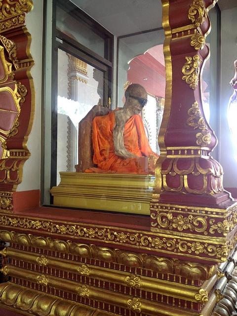Luang Pho Daeng, thaimaalainen munkki, joka kuoli vuonna 1973. Muumio on esillä temppelissä Ko Samuin saarella. Kuva: Jason Eppink, Flickr CC.