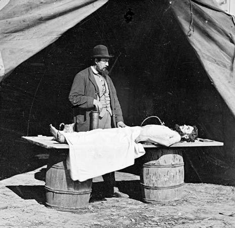 Kaatuneen sotilaan palsamointia Yhdysvaltojen sisällissodassa 1860-luvulla. Kuva: Library of Congress.
