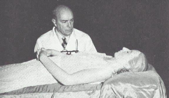 Eva Perónin palsamoinut tohtori Pedro Ara muumion äärellä pari vuotta palsamoinnin jälkeen.