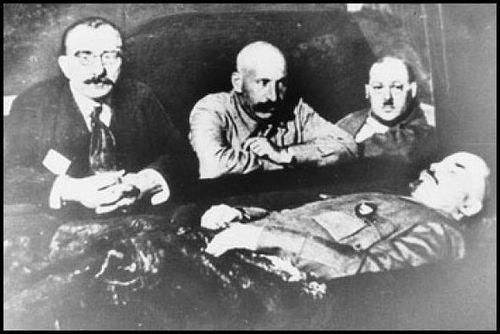 Lenin palsamoijineen.