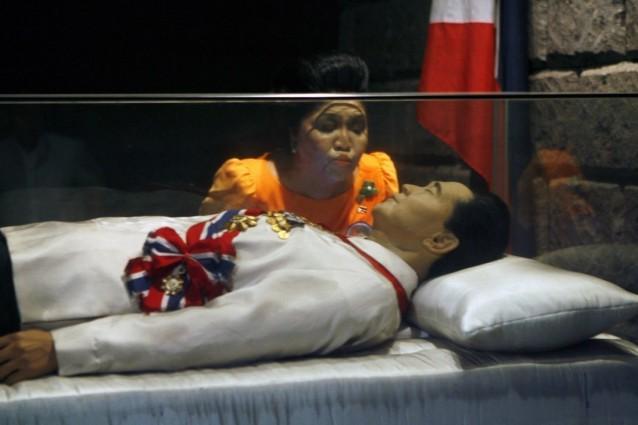 Ferdinand Marcosin vaimo, Imelda, suutelemassa miehensä lasisen sarkofagin seinää vuonna 2010.