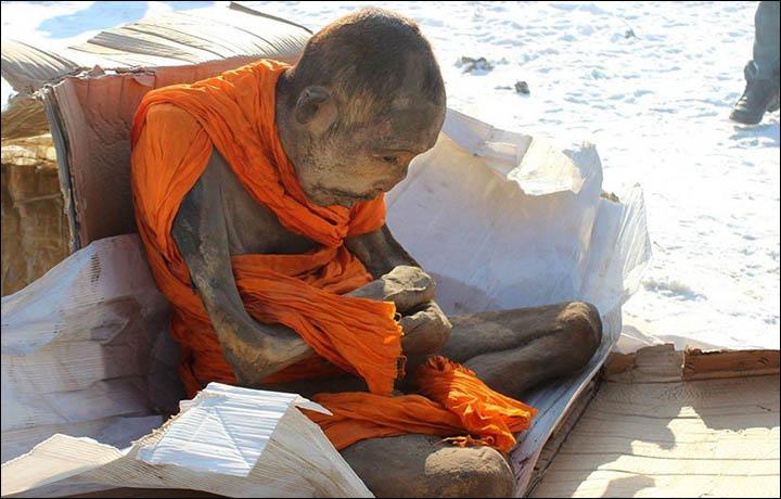 Mongolialaisen munkin muumio 1800-luvun lopusta. Muumio löydettiin vuonna 2015. Kuva: Siberian Times.