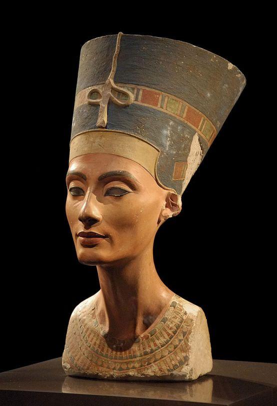 Berliinissä esillä oleva Nefertitin rintakuva on yksi muinaisen Egyptin tunnetuimmista veistoksista. Kuva: Philip Pikart/Wikimedia Commons.