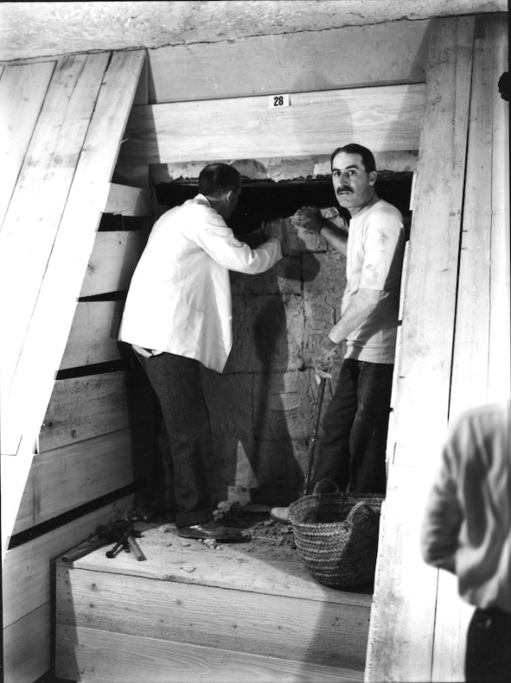 Howard Carter ja Carnarvonin jaarli avaavat Tutankhamonin hautakammion ovea 1922. Kuva: Harry Burton (The Howard Carter Archives/The Griffith Institute).