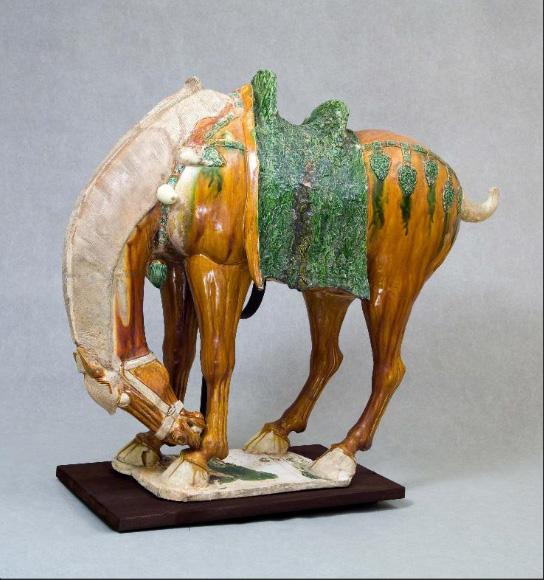 Kiinassa Tang-dynastian (600-900-luku) aikana hauta-antimiksi valmistetut hevospatsaat kuvaavat eksoottisia, kullanvärisiä ja vaaleaharjaisia hevosia, joiden alkuperä oli Keski-Aasian aroilla. Nämä hevoset olivat suosittuja sotaratsuja ja toimivat myös keisarin ja korkea-arvoisten upseerien vallan symboleina. Kuva: Virtual Collection of Asian Masterpieces.