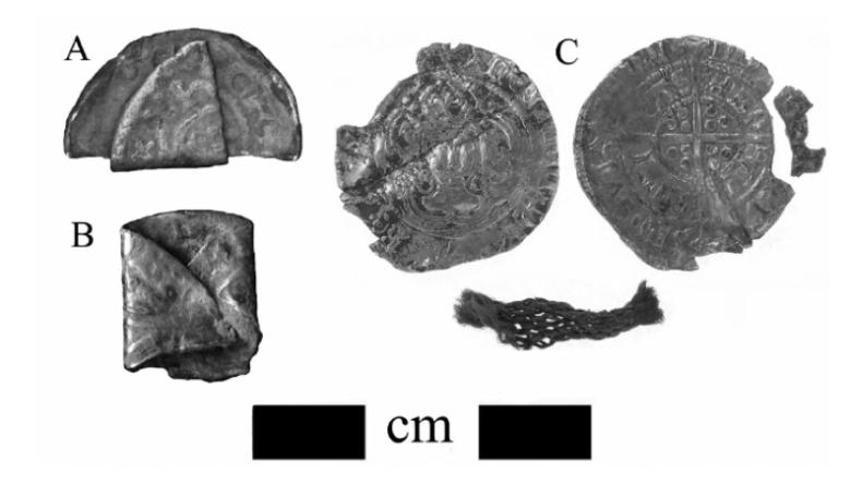 Taivutettuja ja mutiloituja keskiaikaisia rahoja Englannista. Alla myös taitoksen sisällä säilynyttä tekstiiliä. Kuva: Kelleher 2011, fig 2.