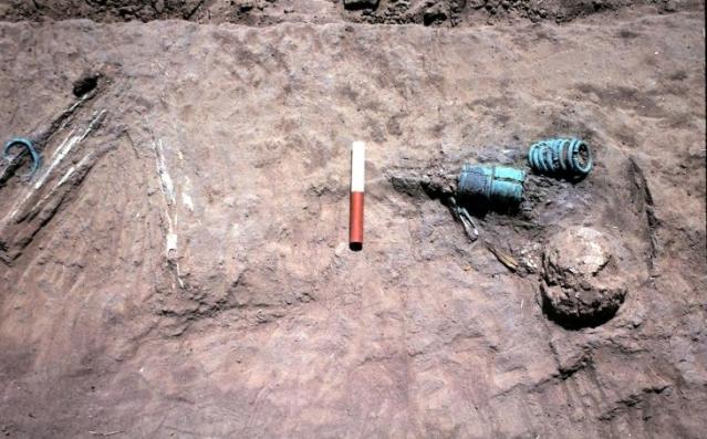 Noin 650-750 -luvulle ajoittuva primäärihautaus Sine Ngayènessä. Vainaja on asetettu maahan kyljellään, polvet koukussa. Ranteissa on kupariset rannerenkaat ja säären ympärillä yksinkertainen kuparirengas. Kuva: Holl, fig. 14.