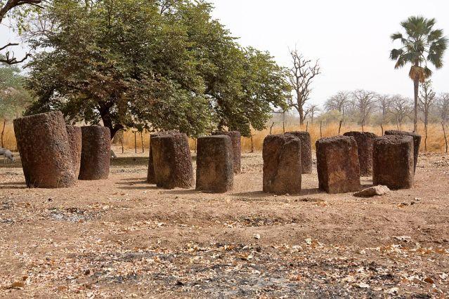 Kivikehä Kerbatchissa. Vasemmalla kehästä erilliset ns. frontaalikivet. Kuva: Ikiwaner/Wikimedia Commons.