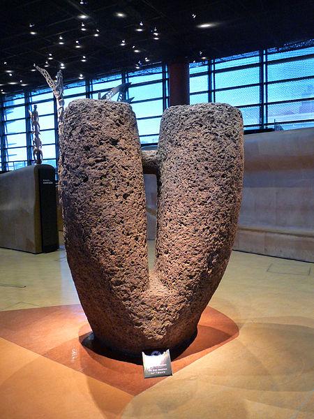 Senegalilainen lyyrakivi Pariisin Musée du quai Branlyssa. Kuva: Ji-Elle/Wikimedia Commons.
