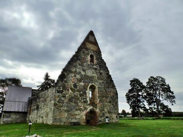 Pälkäneen vanha kirkko rakennettiin noin 1495-1505. Kirkko jäi käytöstä  Pälkäneen uuden kirkon valmistuttua vuonna 1839 ja sen katto romahti 1890. Kuva: Ulla Moilanen.