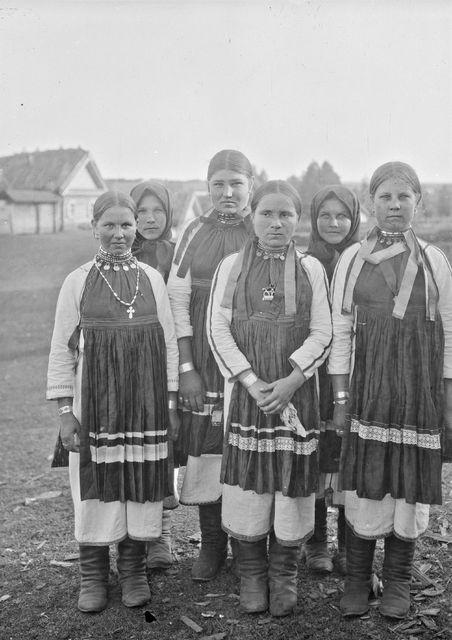 Kolikoita mordavalaisten tyttöjen koruina. Kuva: A. O. Väisänen 1914. (Finna.fi/Museovirasto)