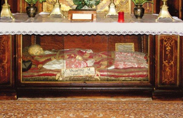 Venetsian lähellä sijaitsevassa Monselicessa pidetään esillä ruumista, jonka sanotaan kuuluneen Pyhälle Valentinukselle.