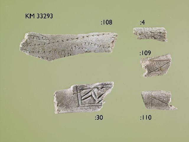 Jämsän Hiidenmäen polttokenttäkalmistosta löytyneitää palaneita luuesineen, todennäköisesti koristeltujen lusikoiden, katkelmia. Kuva: Museovirasto/Finna-tietokanta.