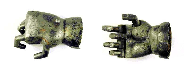 Turun museokeskuksen mekaanisen käden sormia on voitu liikutella kämmenosassa olevan nupin avulla. Kuva: Finna.fi (Turun museokeskus).